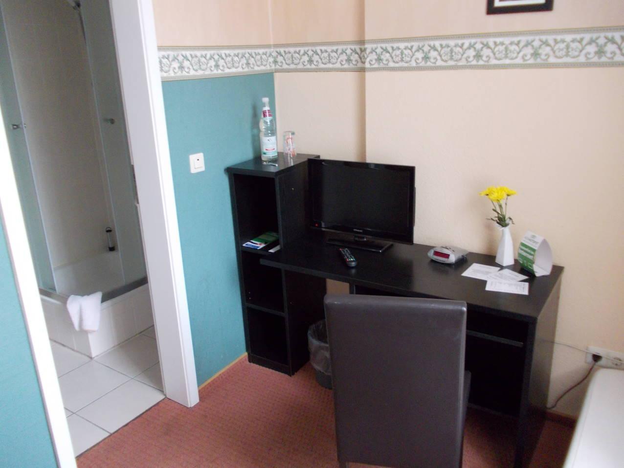 1 bett mit bad. Black Bedroom Furniture Sets. Home Design Ideas